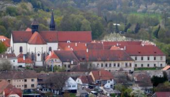 Pomoz s péčí o klášter a odhal zapomenutý poválečný příběh